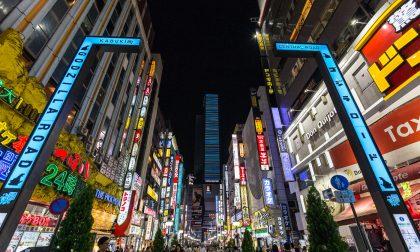quartier de shinjuku illuminé la nuit