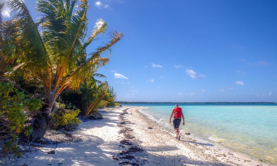 homme sur une plage de polynésie