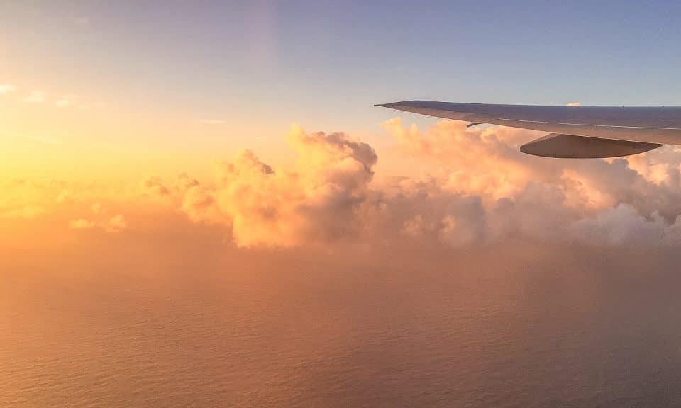 lever de soleil depuis l'avion dans les nuages
