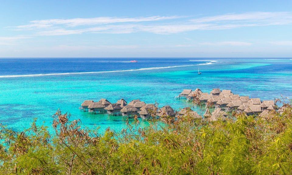 bungalow sur pilotis dans le lagon de moorea en polynésie