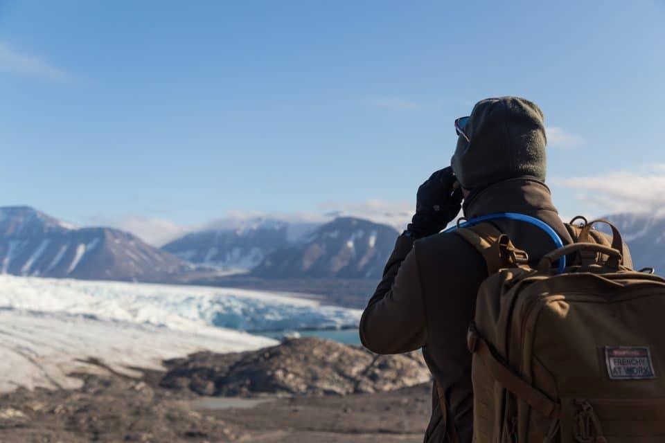 homme en face d'un glacier au sitzberg
