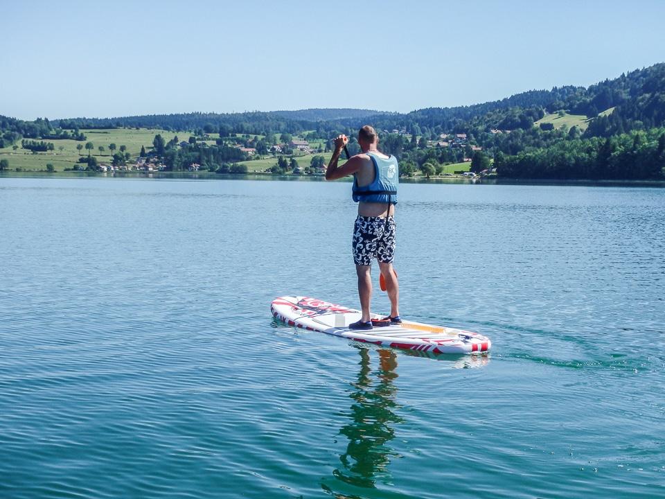 homme en paddle