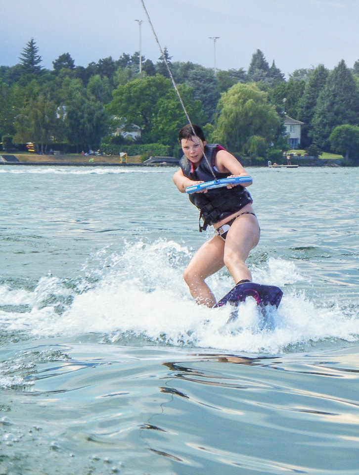 femme qui fait du ski nautique