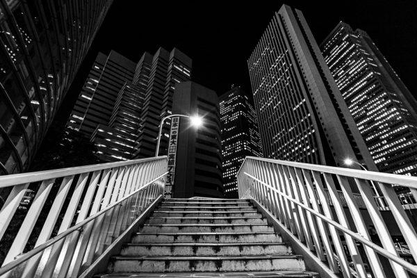 escalier et buildings en noir et blanc