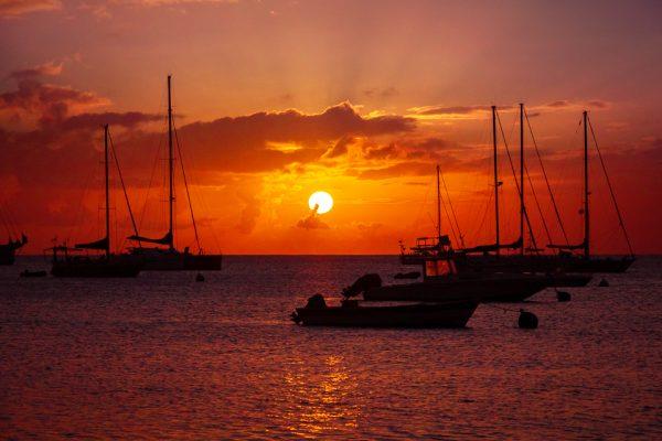 coucher de soleil sur les voiliers en martinique