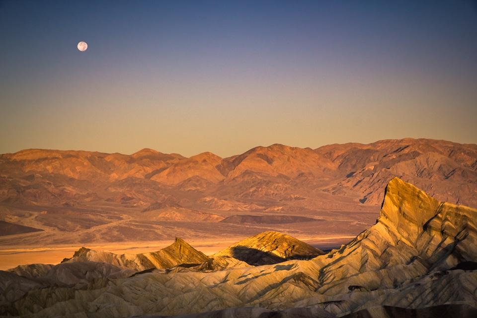 coucher de soleil à zabriskie point dans la vallée de la mort