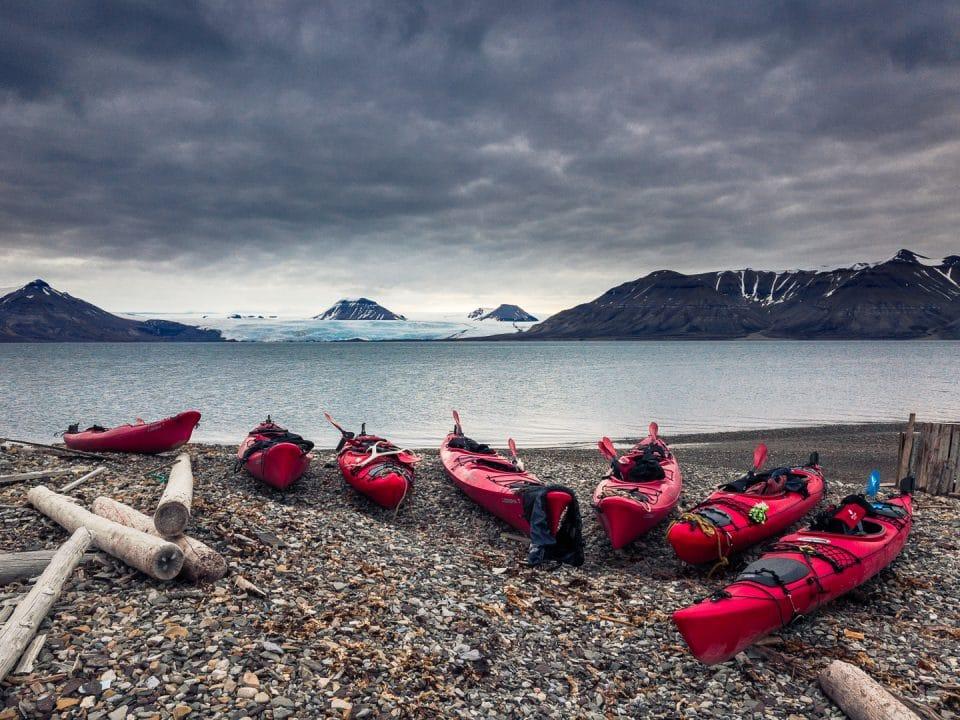 kayak en face d'un glacier au spitzberg